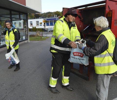 Fangsten overleveres: Gyrid Hasaas (t.v.), Tom Erik Roggert fra parkvesenet og søppeldronning Rannveig Horntvedt håndterer søppelposene fra området rundt jernbanestasjonen. Alle foto: Jan Roaldset