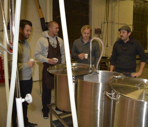 Kamerater på besøk: Eirik Gulbrandsen (f.v.), Henrik Hesselroth og Espen Gade diskuterer øl med Tom Harald Jacobsen, mens de overvåker aktiviteten i kjelene. Alle foto: Jan Roaldset