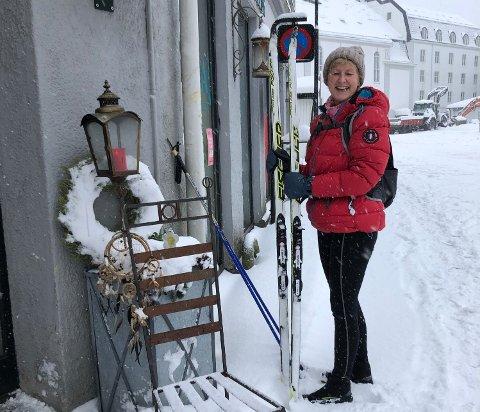 SPREK KUNDE: Hanne Gjestrum valgte ski som fremkostmiddel da hun skulle kjøpe blomsterpotter på Hvids Plass torsdag formiddag.