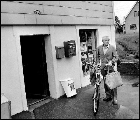 Før: 1978. Kjellerbutikken på Hafslundsøy i Nordbyveien. Det er Håkon Eriksen som er klar for å sykle hjem med dagens handel, fra gode gamle Kjellerbutikken. Veske på styret , og sykkeltaske bak. Miljøvennlig dette året var han også. PS: så lei hele tiden å være ditt og datt, og føle skam for alt og intet. Nei glem det. Kjellærbutikken , som vi kalte den, var en fin liten butikk, med mye sosial kontakt. Melk, drops, ferskt brød, hjemmesydde duker, pålegg , iskrem, spiker, ja du fikk det meste som Storbyen har i dag.