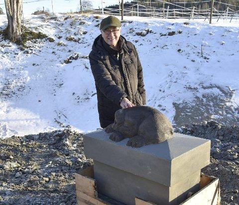 På Plass: Bliksland-bjørnen er på plass. – Jeg kjenner den igjen, sa Harald Solum da han avdekket bjørnen som hans far Arne laget.