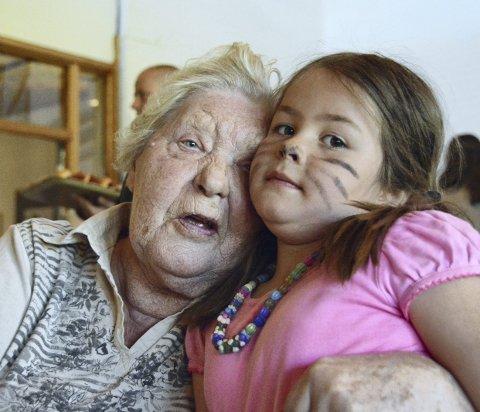 GODE VENNER: Eva Berntsen og Signe Romero er gode venner etter månedlige besøk av Lillefot barnehage. I går var det spesialskrevet forestilling i Gulset kirke.