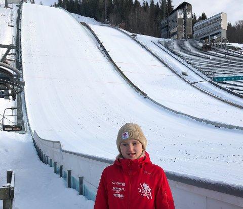 VM-BILLETT?: Hopptalentet Heidi Dyhre Traaserud kan få billett til junior-VM. Avgjørelsen faller i kveld. Her med Lysgårsdabakken på Lillehammer i bakgrunnen etter dagens renn.