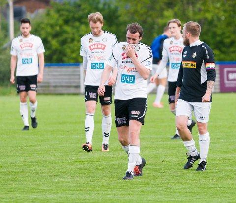 SKUFFELSE: Anders Gustavsen og Eik-spillerne deppet etter 0-4-tapet på hjemmebane mot Runar.