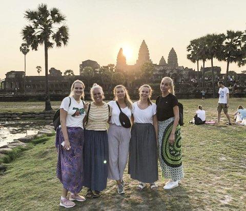 Tempel-safari: Her er Jenny Lundberg Sundsdal (i midten) sammen med studievenninner i Kambodsja. I bakgrunnen sees Angkor Wat, som er et stort og berømt hindustisk tempel.  Privat foto