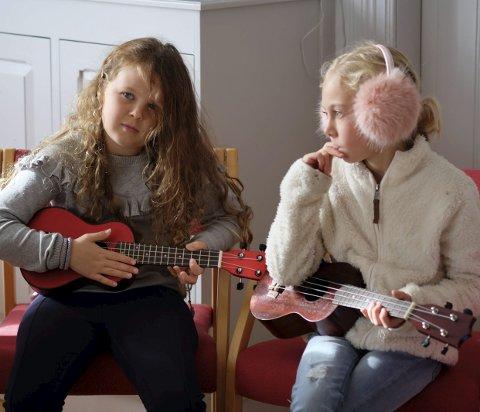 Musikk i havgapet: Seiler du forbi Lyngør en torsdags ettermiddag, kan du - hvis du er heldig - høre lyden av disse flinke musikantene. På gitarkurset starter de opplæringen med ukulele, som er en perfekt match med barnehender. Foto: Siri Fossing