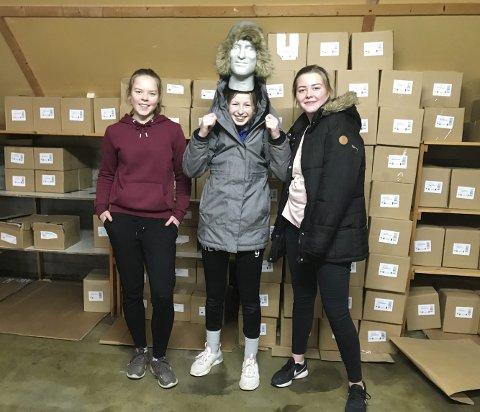 Jobbet Dugnad: Johanne Tveiten, Madelen Sveigane og Elise Felle Mo var tre av elevene i håndballgruppa som var med bokflyttingen i Tvedestrand i fjor. De skal ikke fem øre for jobben personlig. Pengene skal gå til håndballgruppa.Arkivfoto