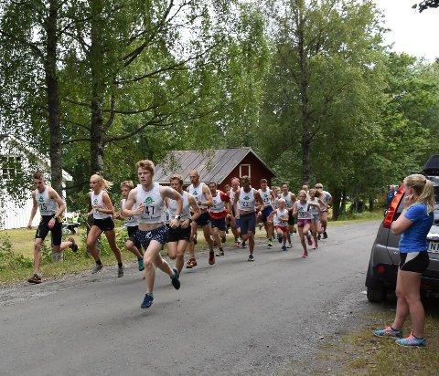 Grensejoggen har start og innkomst på Takserås. Her er starten gått for et stort felt i 2017.  Arkivfoto