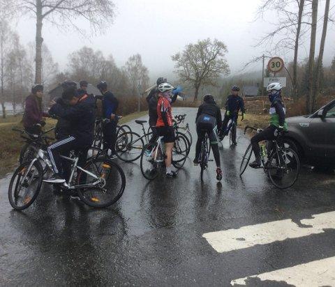 Første etappe: En sykkeltur fra Åmli Skule t/r Dølemo er første etappe i Styrkeprøve for 10.klassingene. I år ble det en usedvanlig kald opplevelse for ungdommen.  Foto: Åmli skule