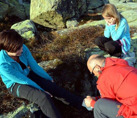 Blir bandasjert: Mona Christin Nygård blir bandasjert av Jan Berger i hjelpekorpset mens dottera Oda Nygår ser på  under øvinga torsdag kveld.