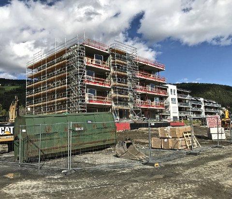 Reiser seg: Det tredje leilighetskomplekset i Strandefjorden Panorama-prosjektet med sine tolv leiligheter ?begynner for alvor å ta form på den gamle JVB-tomta ved siden av de to andre blokkene.