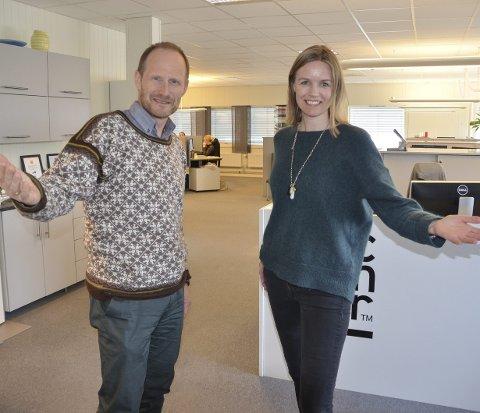 Frir til nye innbyggere: Næringssjef Arild Løvik og daglig leder i Accountor, Guro Svae, håper at frierferden til Oslo skal resultere i flere tilflyttere og tilbakeflyttere.                                                 Foto: Eirik Røe