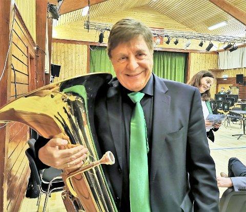 Tom Brevik var med å starta NM for brassband i 1979 og har vore sterkt engasjert i NM på mange område i lang tid. No er han med i konkurransen for første gong, saman med Manger Old Star. Dei spelar fredag i Griegsalen.