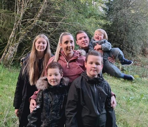 Kim Johannessen ønsker å rose arrangørane som stiller opp og sikrar barn og unge eit aktivitetstilbod. Her saman med familien.