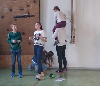 Elevene i klasse 9e og 9f flyr med droner og får oppgaver utifra koordinatsystemet.