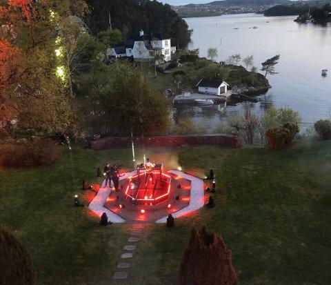 Her ble strømmefestivalen spilt inn i artistens egen hage.