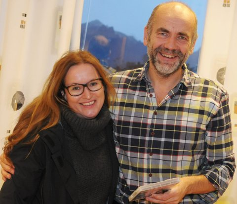 Solveig Melkeraaen er regissør for filmen Tungeskjærerne. Hun gleder seg til å vise den på Myre i februar, og nå gratuleres hun så mye av tidligere ordfører Jørn Martinussen. (Foto: Trond K. Johansen)