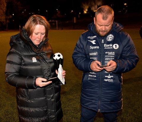 FINREGNING: MFK-trener Trond Wold stoppet Gro Larsen fra NFF Buskerud , da hun hadde tenkt å dele ut kretsmesterpokalen til MFK etter kampen. – Se her, slik ser tabellen ut, og jeg tar ikke sjansen på å ta imot pokalen – før all tvil er feid til side, sa MFK-treneren.