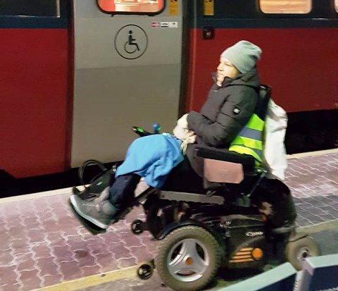 Rullestolbruker Birgitte Holmsen fikk ikke være med toget fra Sande stasjon. - Det var såpass kaldt og surt at det ikke var noe ålreit å stå ute og vente en halv time på neste tog, sier Anna-Lisbeth Mikalsen.
