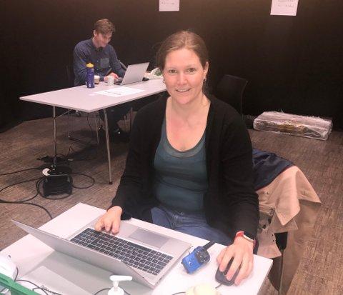 Kommuneoverlege i Lier Ingrid Bjerring ber folk som var  til første vaksinasjon i Hegghallen  27. mai mellom 10.50 og 11.50 om å teste seg.