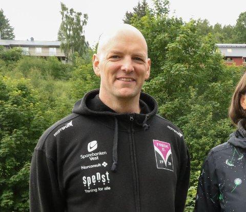 SVØMMEGLAD: Øystein Erland (42) er svært engasjert i svømmeklubben. Det har han fått pris for.