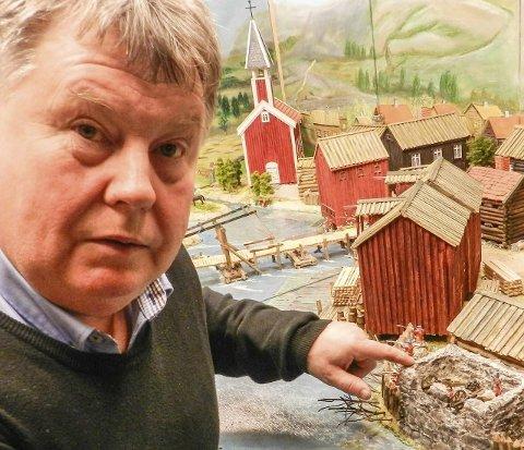 KRUTTLAGER: Der hvor Arild Johansen peker lå byens kruttlager i 1659. I dag ligger Best Western Grand Hotel på tomta.