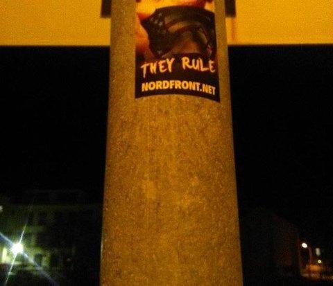 VÆRT I HALDEN FØR: Nordfront hang opp plakater og klistemerker i Halden natt til 3. mai.