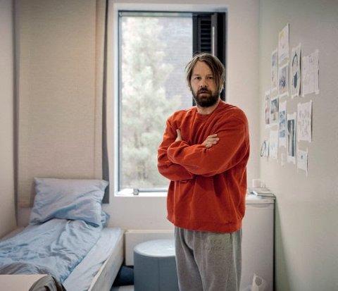 TØFF VIRKELIGHET: Petter Nyquist undersøker hvordan det er å være fange i Halden fengsel, og er også innom Sarpsborg fengsel i sin nye dokumentarserie.