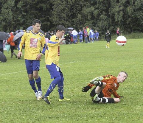 I KNE: Hassan Ali og Sigurd Bangstad hadde motstanderne Åsane i kne i store deler av kampen. Foto: Svein Halvor Moe