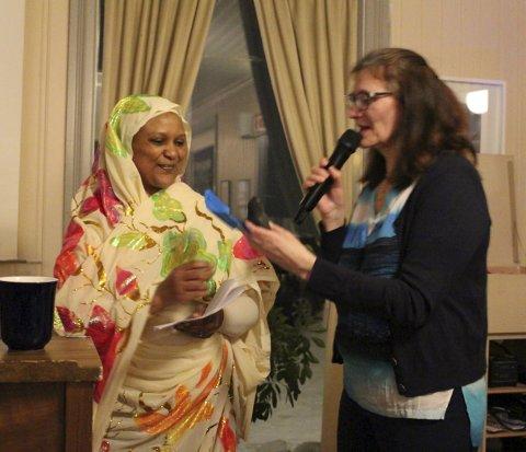 HEDER: Ishraga Dafalla fikk velfortjent gave av Mildrid Hendbukt-Søbstad fra 8. mars-komiteen etter sin tale om hvorfor kvinner bruker hijab.