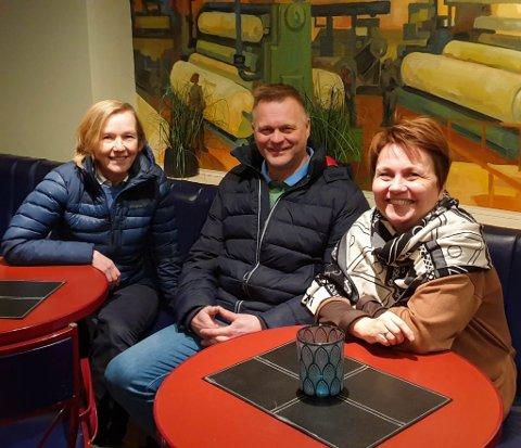 TO DIMENSJONER: Marja Sinikka Sihvo, Sten Rune Pettersen og Aina Borch eier nå Porsanger Vertshus. Planen er nå å skape aktivitet lokalt og samtidig være med å bidra til at flere turister besøker Lakselv.