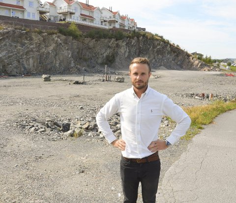 BYGGEKLART: Espen Skjermo Slorafoss i Håøj Eiendom foran tomta der byggingen av Festningsåsen Terrasse starter i oktober. FOTO: ROGER ØDEGÅRD