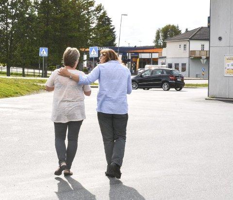 BRANNFAKKEL: Det er fare for både butikken og bensinstasjonen i Hemnes sentrum dersom folk ikke kan få bygget seg hus på Hemnes, sier Aina Sletner (t.v.) og Kari Mikkelrud. Foto: Anne Enger Mjåland