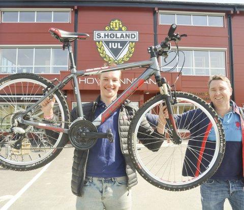 SPONSER TALENT: Raymond Hesthaug og Krepserittet sponser elitesyklisten Marius Wold (t.v.). Foto: Roger Ødegård