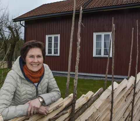Spent: Liv Ragnhild Kongtorp, her foran huset i Kvennhauen, er en av flere som planlegger å sette i gang et tilbud for demente i Aurskog-Høland, dersom kommunestyret sier ja mandag kveld.  Foto: Anne Enger Mjåland