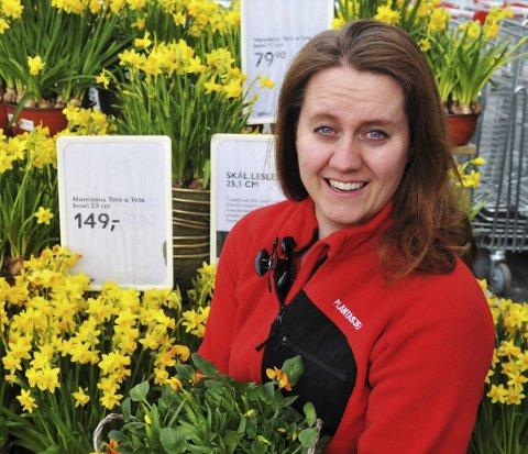 VÅR I LUFTA: Butikksjef Cecilie Schjøll Røste er i likhet med de øvrige seks ansatte ved Plantasjen Bjørkelangen klar for vår- og sommersesongen. Foto: Øivind Eriksen