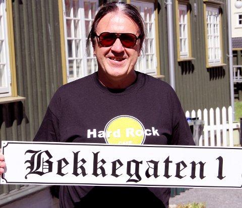 LOKALPATRIOT: Skiltet levner ingen tvil om hva Rolf Arnesen mener denne gata fortsatt burde hete. Nå kan det henges på veggen for godt.foto: Magnus Franer-Erlingsen
