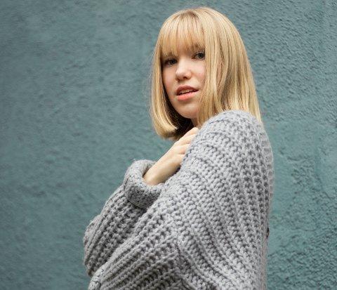 LEGGES MERKE TIL: Sangene til Hennika fra Holmestrand høres av hundretusener på Spotify. 16-åringen får stadig mer oppmerksomhet for musikken sin.