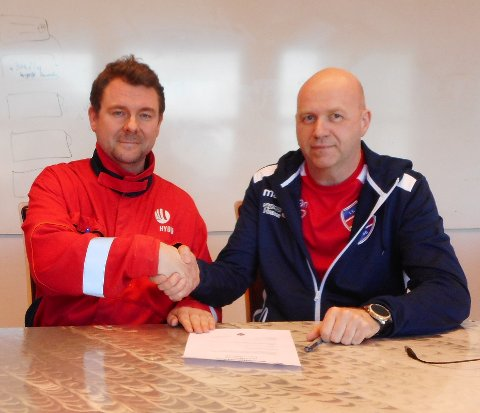 Fabrikksjef på Hydro Husnes, Johan Berg, og leiar for IL Trio Fotball, Kjell M. Eide, signerte nyleg ein treårig sponsoravtale. (Foto: Privat).