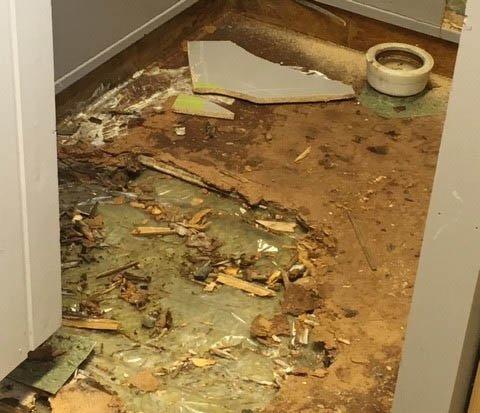 RÅTTENT GULV: Gulvet på toalettene har råtnet, og tråkker man på det risikerer man å havne i kjelleren.