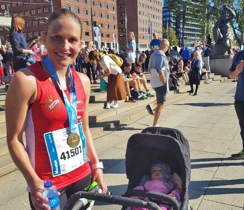 Mari Gjølberg ble tredje beste kvinnelige løper i Oslo Maraton. Her med datteren på ett år.