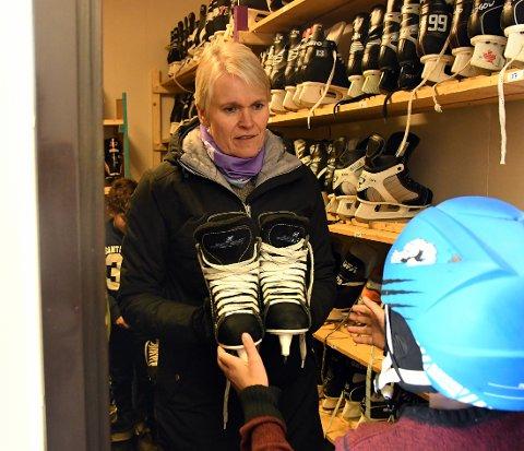LÅNTE UT: Trine Nodeland delte med glede ut skøyter.