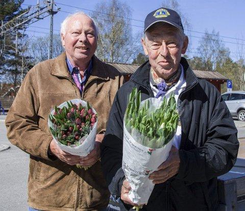 Klar for salg: Harald Eng (t.v.) og Thron-Peter Alm håper mange vil kjøpe tulipaner i helgen.FOTO: Eskild G. Berge