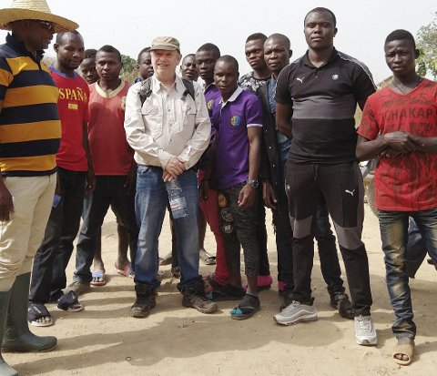Truls Abrahamsen omkranset av medarbeidere i Kamerun.