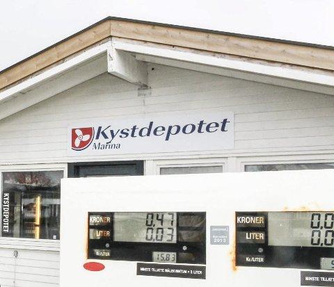 Inntil videre er det ikke mulig å fylle drivstoff på Kystdepotet i Sandøsund. Her venter de på ny pumpe.