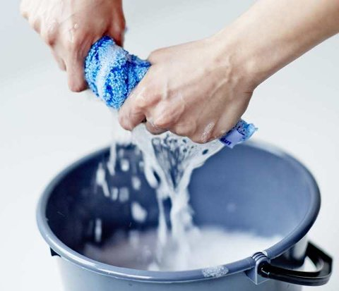 SPAR PÅ VANNET: En gyllen regel er at gulvet skal være tørt 30 sekunder etter vask. Da forstår du at mengden vann skal være lav, sier Espen Josten hos Tarkett.