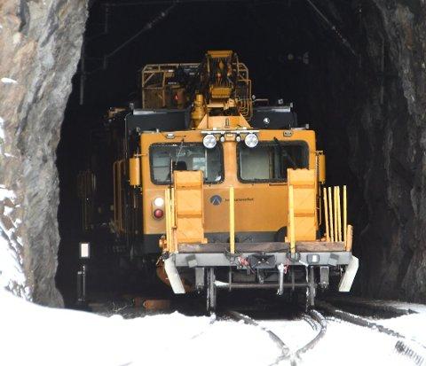 SPORET AV: Arbeidstoget sporet av i en tunnelåpning mellom Dombås og Dovre. Avsporingen får konsekvenser for den øvrige trafikken på Dovrebanen onsdag, melder Vy.