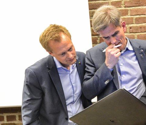 ANBEFALER: Økonomisjef Øyvind Wøllo (t.v.) anbefaler ordfører Bjørn Ole Gleditsch og de andre politikerne å bruke mer av pengene kommunen har på bok på aksjer.