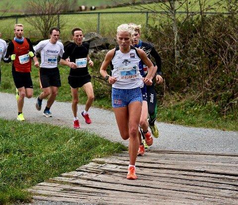NM sølv: Julie Laren løp inn til sølvmedalje under NM i halvmaraton i Stavanger. Foto: Privat.