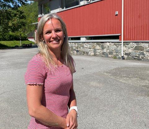GODT NØGD: Ingrid Steine Bortne, rektor ved Aurland barne- og ungdomskule er glad ho fekk hanka inn så mange gode søkjarar heilt på tampen av skuleåret.